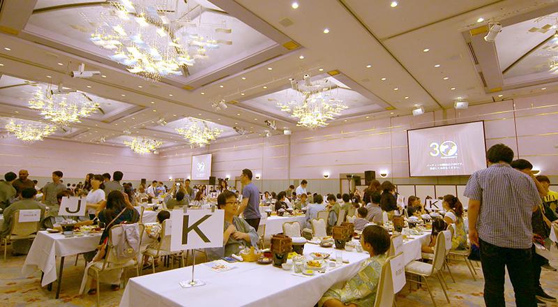 イベント会社のニューズベース|ホテルでの周年記念パーティが始まる前に、皆で30周年を祝おうとする良い雰囲気を作り上げる事に成功しました。