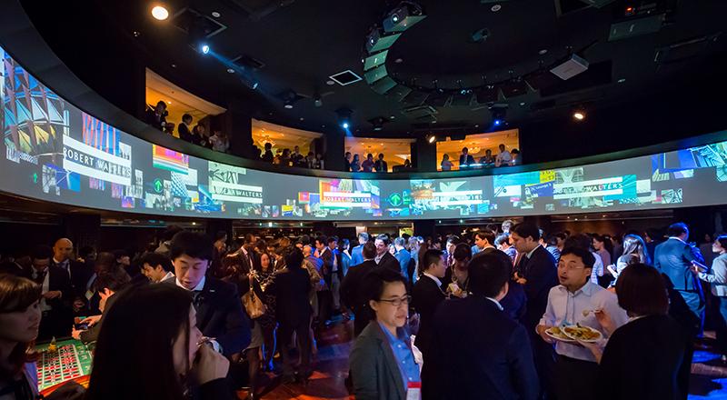 イベント会社のニューズベース|円形状ホールの壁一面に大画面モニターを備えた多目的ホールです。