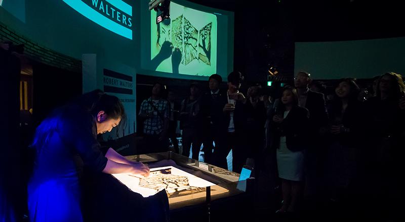 イベント会社のニューズベース|サンドアートはガラスの上をバックライトで照らし、砂の絵を次々と変化させてストーリーを展開します。