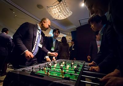 イベント会社のニューズベース|テーブル・フットボールに興じる来場者