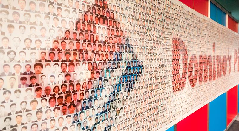 イベント会社のニューズベース|社員の皆さんの顔写真から作ったモザイクアート